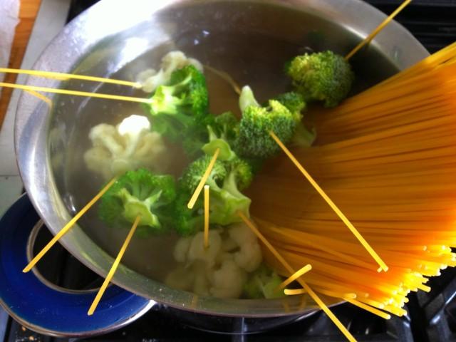 Spaghetti con la collana di broccoli