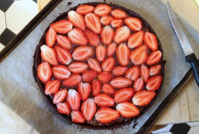 Torta di fragole e cioccolata intera