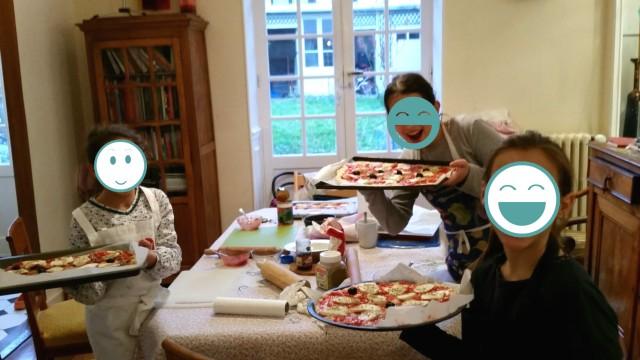 Filles pretes à mettre au four le pizza