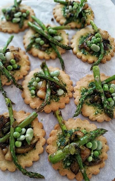 Biscuits au parmesan avec légumes de printemps2