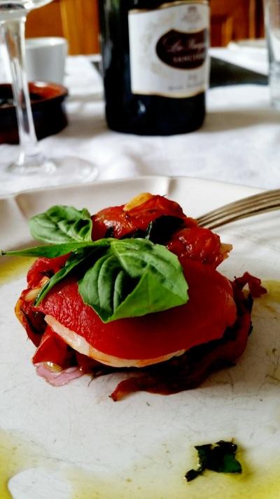 Millefeuilles de tomates et crevettes au basilic