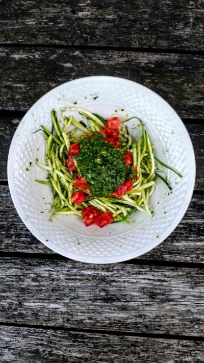 Spaghetti di zucchine al pomodoro e pesto