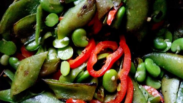 Poelé de peaux de fèves fèves poivrons au piment1