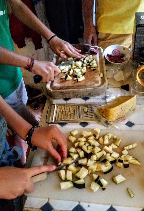 Cuisiner ensemble la p te la norma de chiara et charlotte blog de cuisine de l 39 amap belles - Comment couper le basilic ...